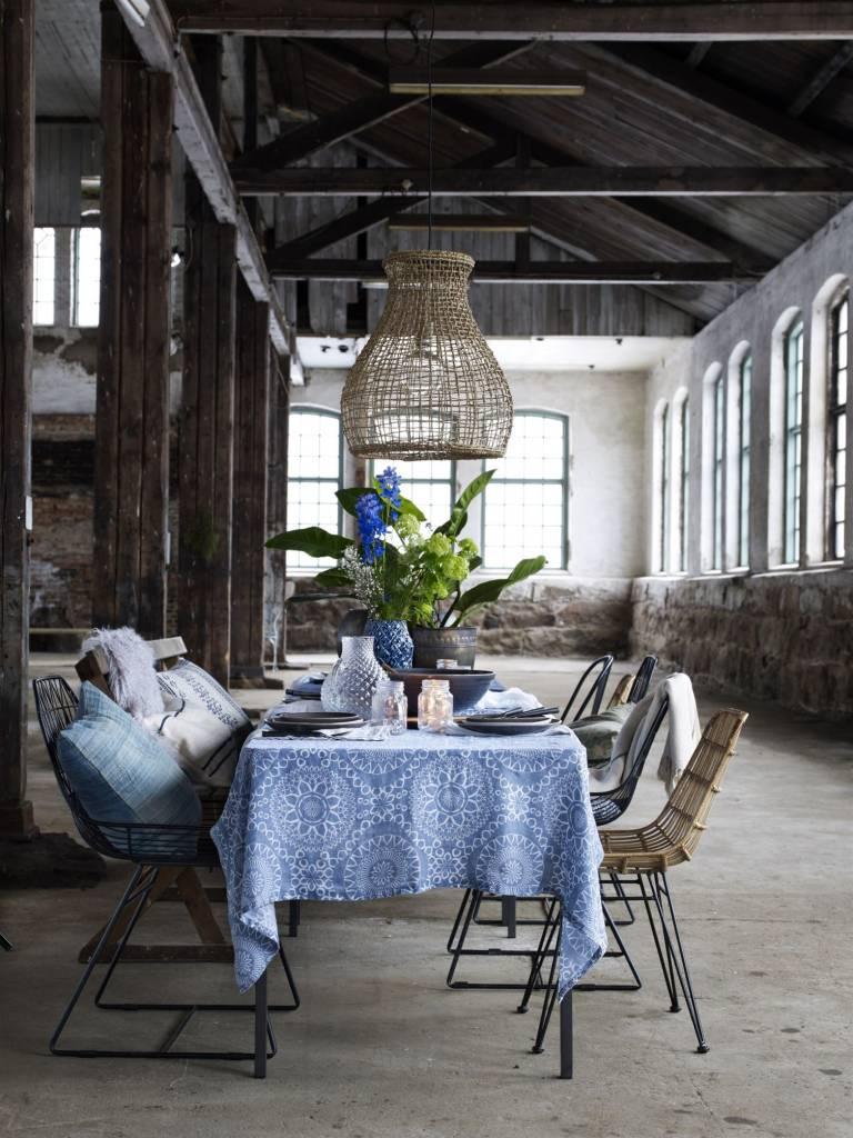 Mesa de excelente y la decoración, con una mezcla de sillas de metal, mimbre y madera. Por encima de la mesa, una suspensión natural.