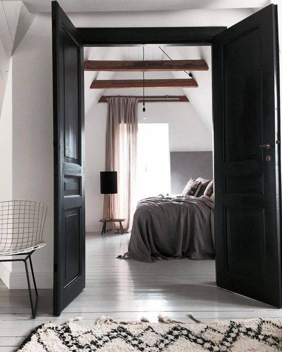 Un superbe mélange d'accessoires et meubles naturels qui donnent du caractère à cette chambre à coucher.