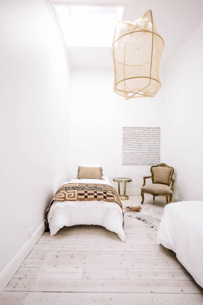 Simplemente perfecta! La lámpara de suspensión Z2 ONA es preciosa con esta mezcla clásica, étnica y vintage. Visto  en estliving.com