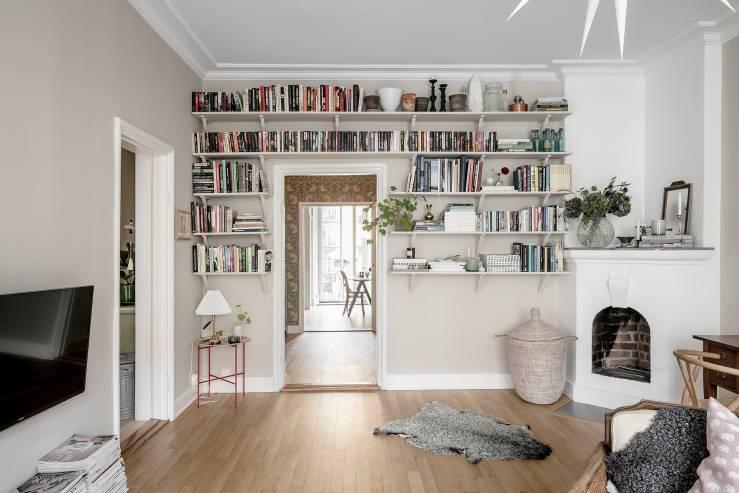 Una base escandinava, muebles vintage y retro, un papel tapiz floral, elementos étnicos y un toque de rosa pálido. - Visto en interiorjunkie.com