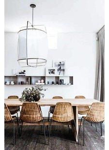 l'eternelle Z1 de Ay Illuminate, les chaises en rotin, le tapis naturel en chanvre et une jolie déco murale personnalisée aux tons équilibrés - vu sur pinterest