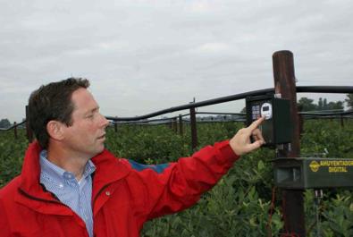 Gilles van der Lans geeft instructies bij Alcetsound vogelafweersysteem Douven Blauwe Bessen Melderslo
