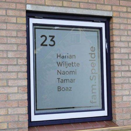 Raamfolie Achternaam en huisnummer en voornamen