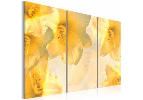 Schilderij - Delicate lelies in geel licht