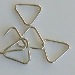 Triangel vormige aanbuigring.15 mm. zilverkleurig.