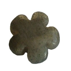 Labradorite kraal. Bloemetje. 13mm. Puffed.