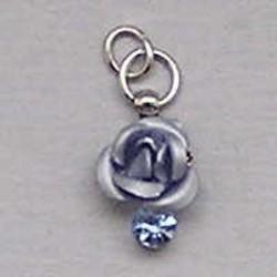 Metalen Roosje aan hanger met Strass. 7x10mm. Licht Blauw.