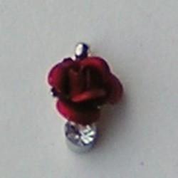 Metalen Roosje aan hanger met Strass. Rood. 7x10mm.