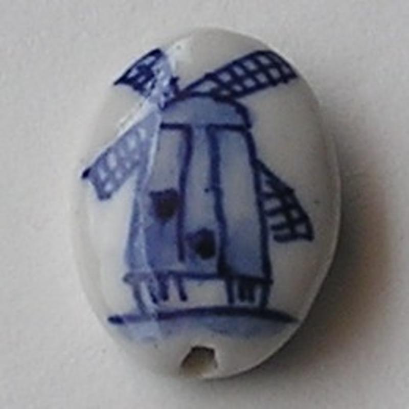 Delftsblauwe Porseleinkraal. 17x24mm. Plat en Ovaal met Molentje op 2 zijden.