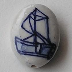 Delftsblauwe Porseleinkraal. 17x24mm. Plat en Ovaal met Zeilbootje op 2 zijden.