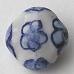 Delftsblauwe Porseleinkraal. Plat met bloemen. 17mm.