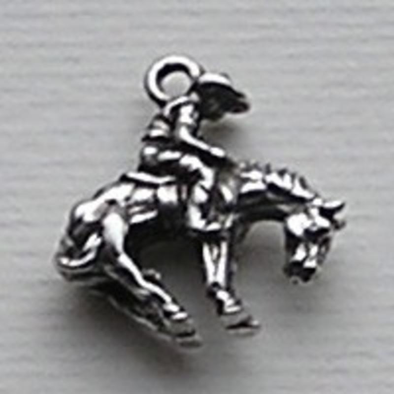 Bedel Cowboy op Paard. 18x20mm. Verzilverd. (ook in grootverpakking).