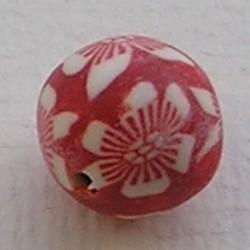Fimoklei-Kraal. 10mm. Rood met Witte Bloemetjes. Rond.