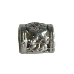 Metalen kraal gebloemd. 9x11mm. Groot rijggat 4.5mm Zilverkleurig.