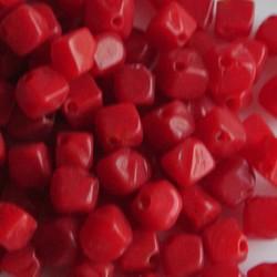 Glaskraaltje hoekig 5x5mm. Rood. Per 100 stuks voor.