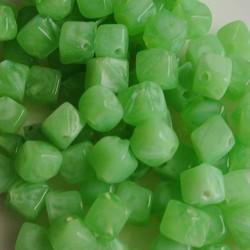 Glaskraaltje hoekig 5x5mm. Opal Green. Per 100 stuks voor.