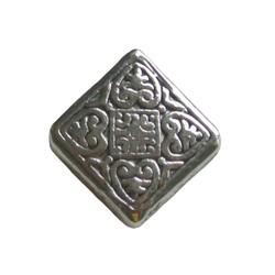 Metallperle Quadrat flach bearbeitet. 15x15mm. Silber. Innerhalb Loch diagonal