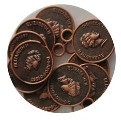 Münzen-Charme 14x17mm. Kupfer rot gefärbt.
