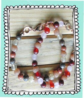 Armbandjes gemaakt van edelsteentjes en sparkling beads