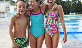 Hoe vergroot je het vertrouwen van je kinderen tijdens zwemmen op vakantie?