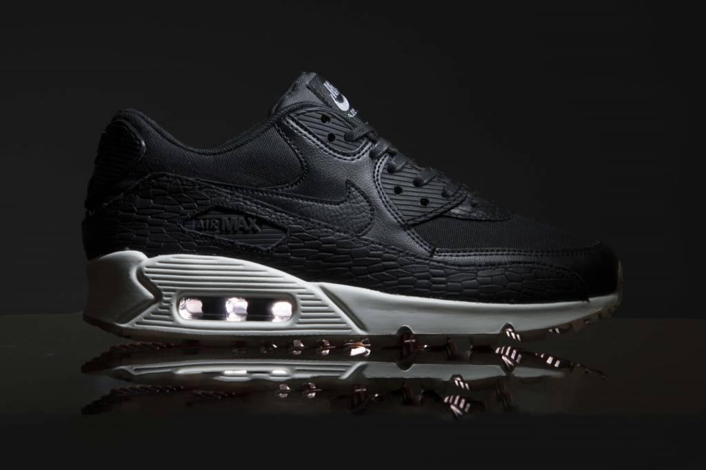 las zapatillas de deporte negras