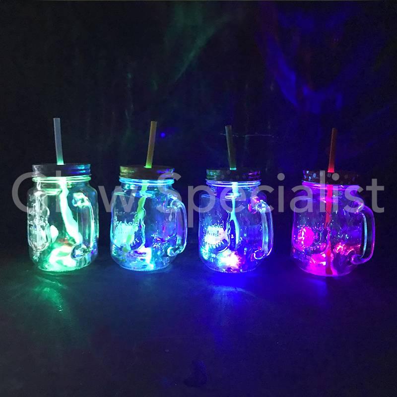 glazen drinkbeker met deksel en rietje en led verlichting
