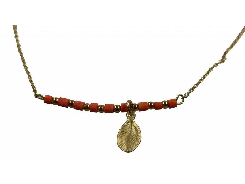 Collier Pastell rot mit goldenen Blatt aus Messing und vergoldet