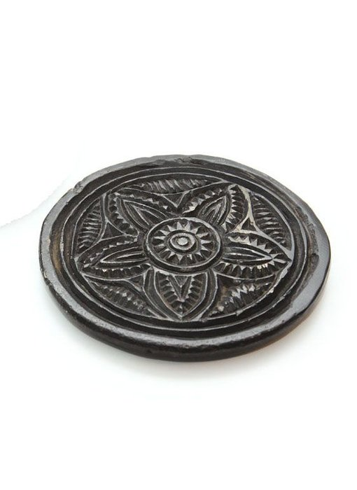Kleine Stein-Teller mit kunstvollen Mustern, braun