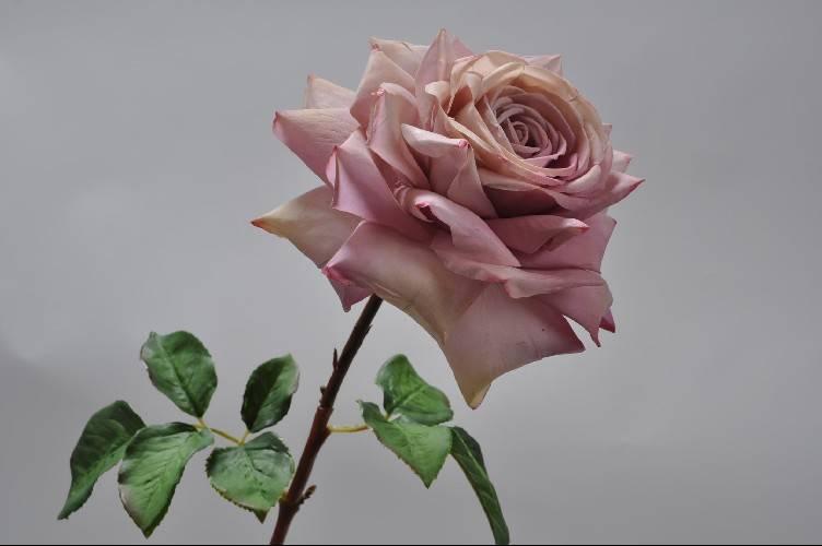 Zijden roos open in de kleur roze
