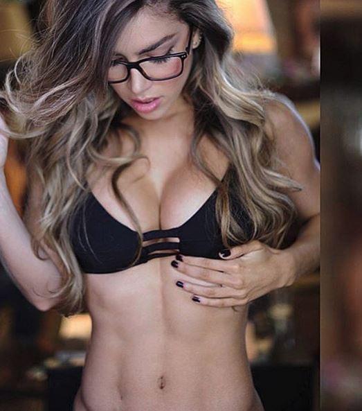 fitness meid met nerdbril