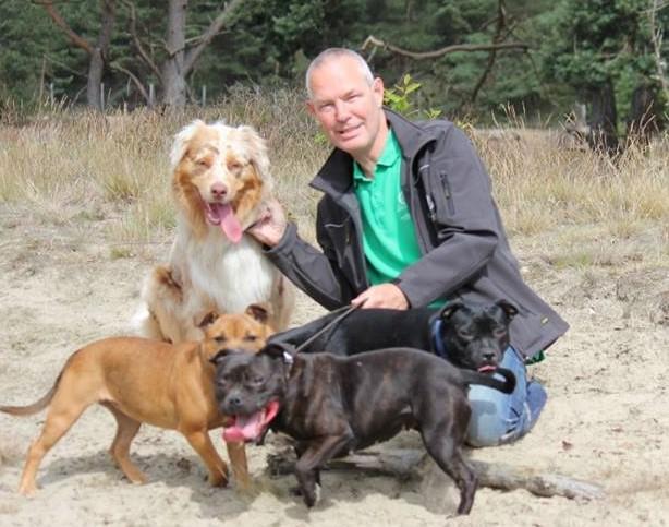 Bert Bouwland van Ozzles Dogfood met de honden van Ozzles Family