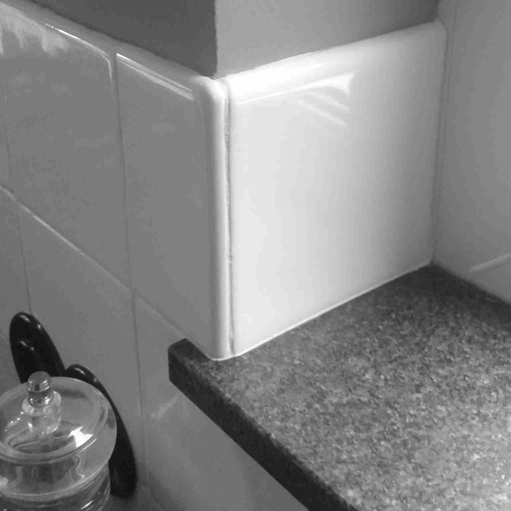 Witjes uni fliesen uni tiles tegels met hoekafdek - Deco witte tegel ...