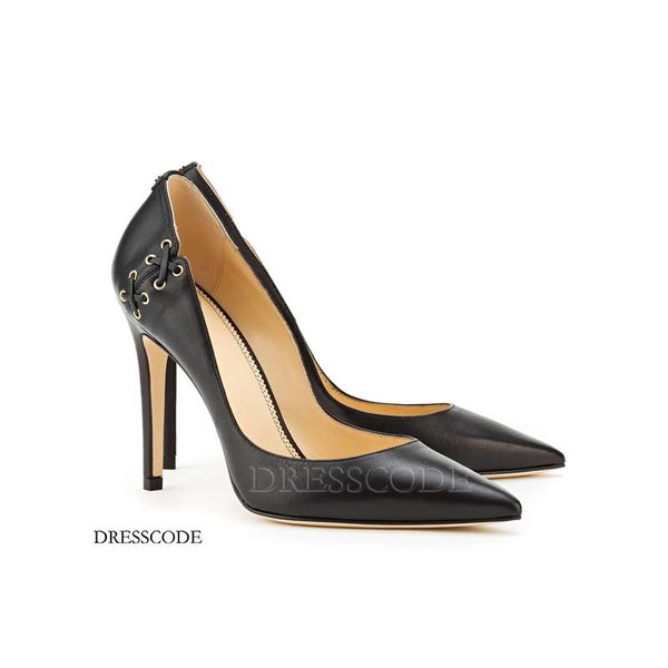 Leather pump with lace detail