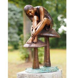Beeld brons meisje op paddestoelen