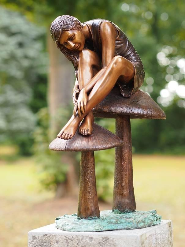Bild Bronzemädchen auf Pilzen