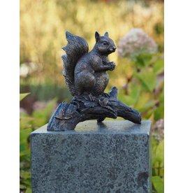 Eichhörnchen auf einem Ast bronze