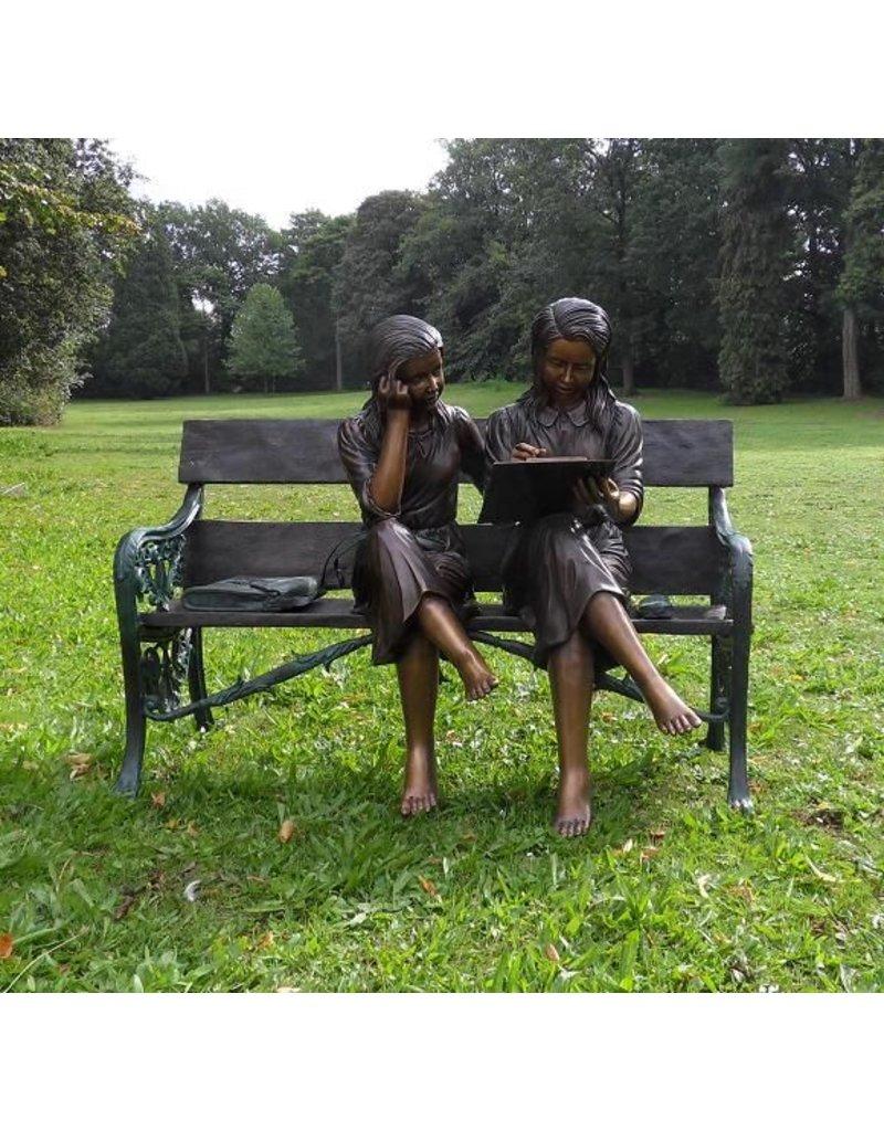 2 Mädchen auf der Bank aus Bronze