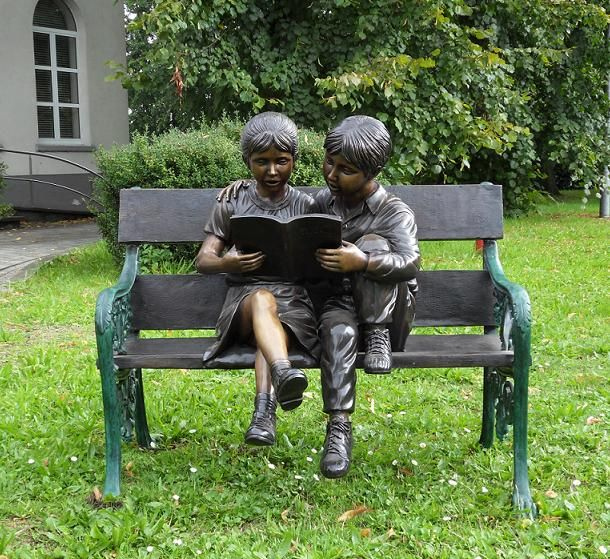 Eliassen Bild Bronze 2 Kinder auf dem Sofa
