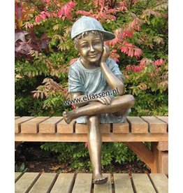 Sitzender Junge mit Kappe bronze