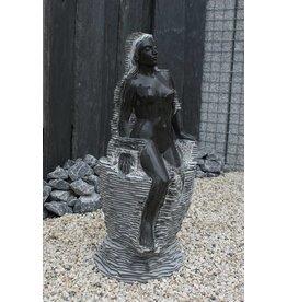 Waterbeeld vrouw op rots marmer