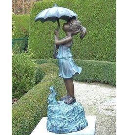 Mädchen unter Regenschirm Bronze
