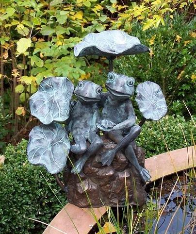 2 Frösche zwischen Blättern / Brunnen-Spray Bronzefigur
