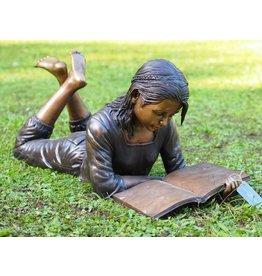 Mädchen mit Buch liegend