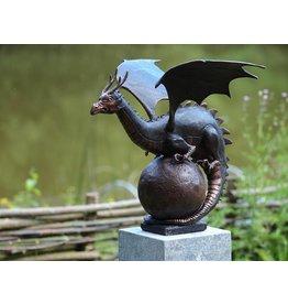 Beeld brons draak op bol