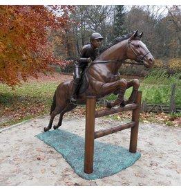 Beeld brons springend paard met jockey