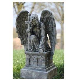 Engel kniend auf dem Sockel