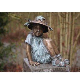 Mädchen mit Hut in Bronze Kleine