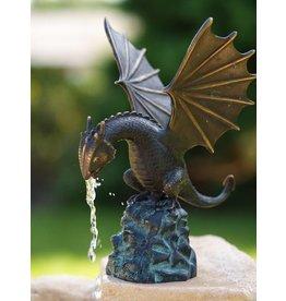 Drachen auf einem Bronzefigur Rock Spritze