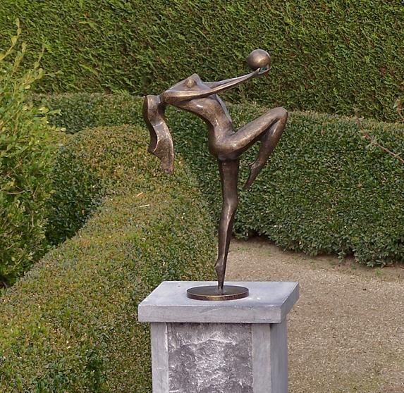 Frau mit kleinen Bronze-Ball