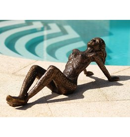 Beeld brons grote liggende vrouw